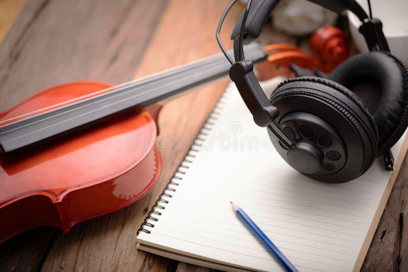 Nahaufnahmeschuss-Violinenorchester instrumentell über flacher Schärfentiefe des hölzernen Fokus des Hintergrundes ausgewählten lizenzfreies stockbild