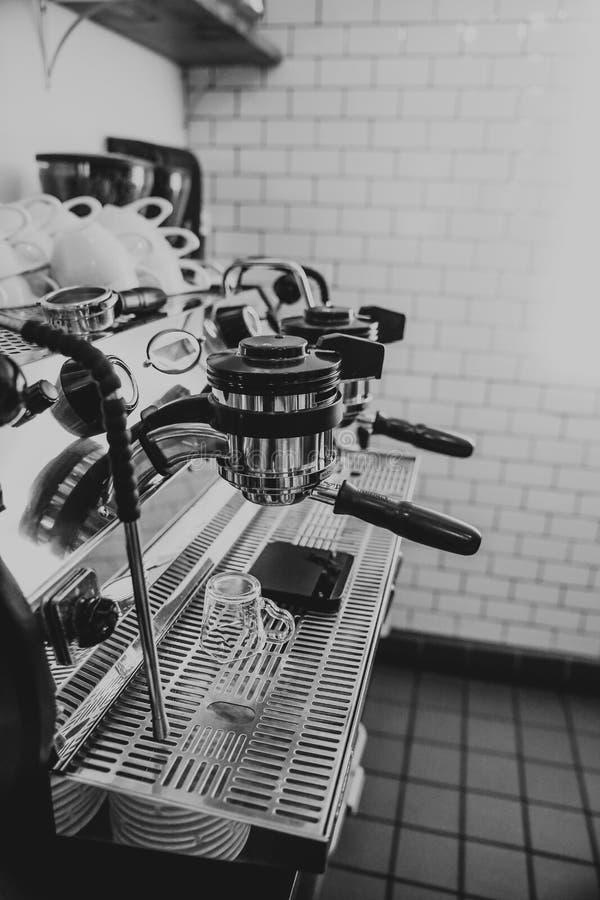 Nahaufnahmeschwarzweißaufnahme einer Kaffeemaschine an einem Café stockfoto