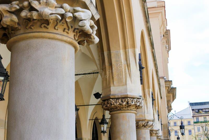 Nahaufnahmespalten und -laterne auf Hauptplatz in Krakau, Ploand stockbilder