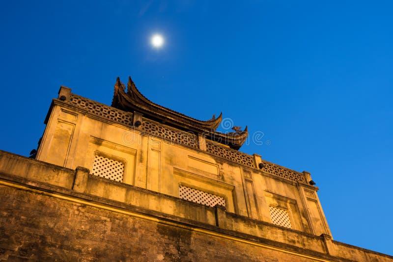Nahaufnahmespitze des zentralen Sektors der Kaiserzitadelle von Thang lang, der kulturelle Komplex, der die königliche Einschließ stockfotografie