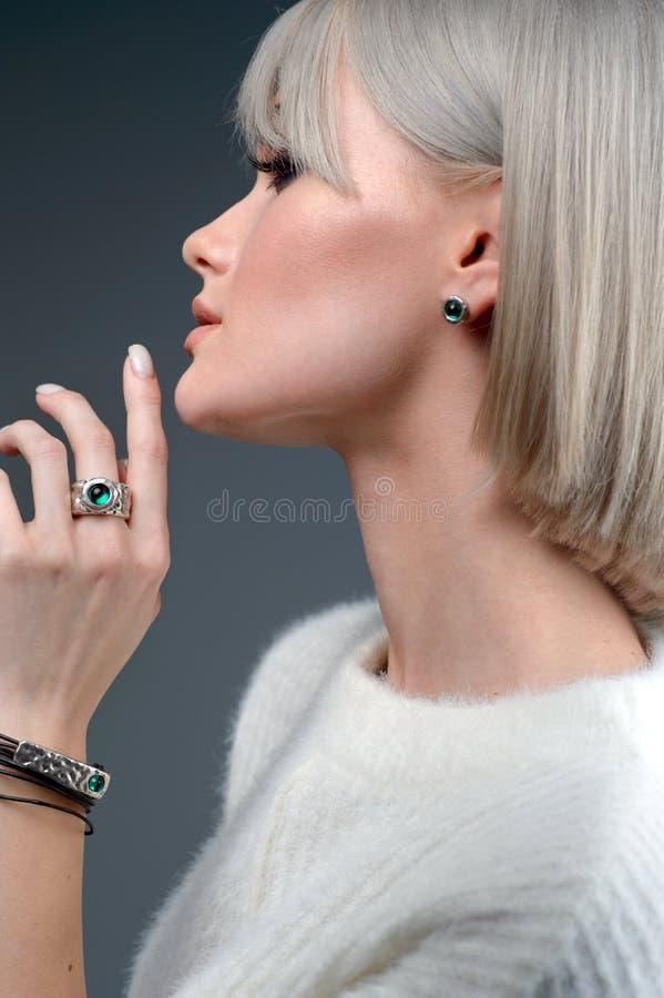 Nahaufnahmestudio-Porträtmodell stilvollen Ring und Armband demonstrieren stockfotos