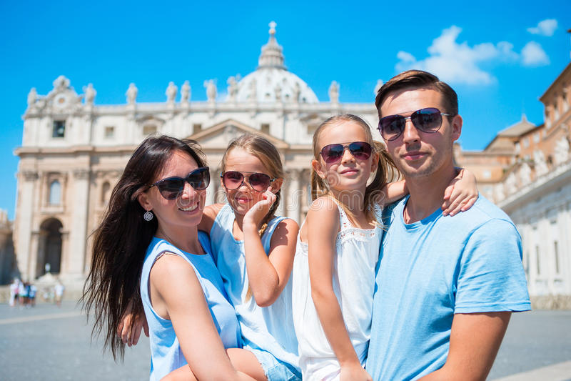Nahaufnahmevierköpfige familie St- Peter` s an der Basilikakirche in der Vatikanstadt Reiseeltern und -kinder auf europäischen Fe lizenzfreies stockbild