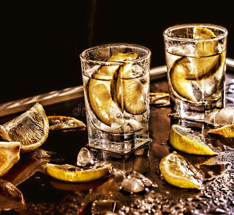 Nahaufnahmewodka in einem Glas mit Eis, Kalkwodka, Gin, Stärkungsmittel, Tequila lizenzfreie stockfotografie