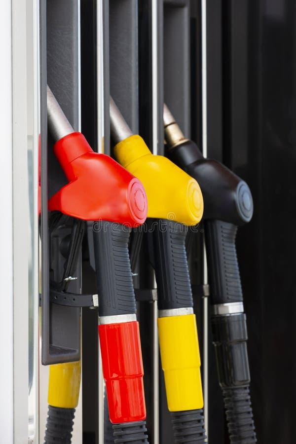 Nahaufnahmezapfpistolen auf Treibstoff und Dieselkraftstoff Bemannen Sie f?llenden Benzinkraftstoff in der Autoholdingd?se Brenns lizenzfreies stockbild