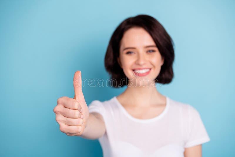 Nahaufportrait von ihr schönes attraktives, fröhliches Mädchen mit Daumenabup Advert beste Entscheidung Lösung isolierisolierte L stockfoto