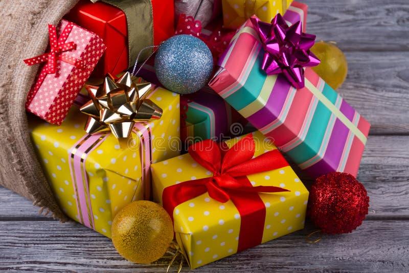 Nahe Ansicht über Geschenkboxen lizenzfreie stockfotografie