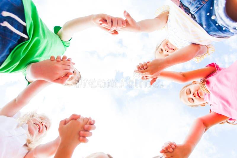 Nahe Ansicht der Hände der Kinder fügte zusammen lizenzfreies stockbild