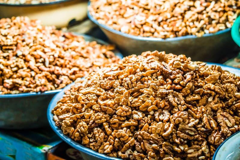 Nahe Ansicht der persischen englischen allgemeinen Walnuss in der Tasche auf Schaukasten des lokalen Nahrungsmittelmarktes in Geo stockbilder