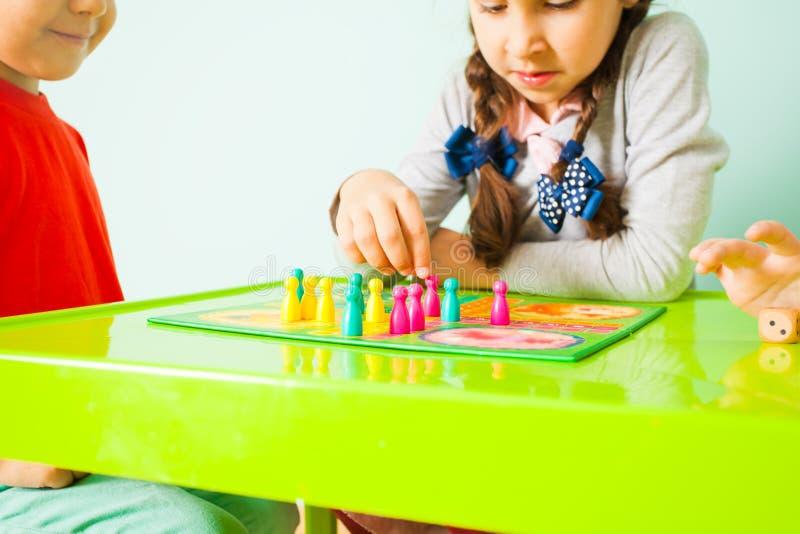 Nahe Ansicht der Tabelle und des Brettspiels auf ihr lizenzfreies stockbild