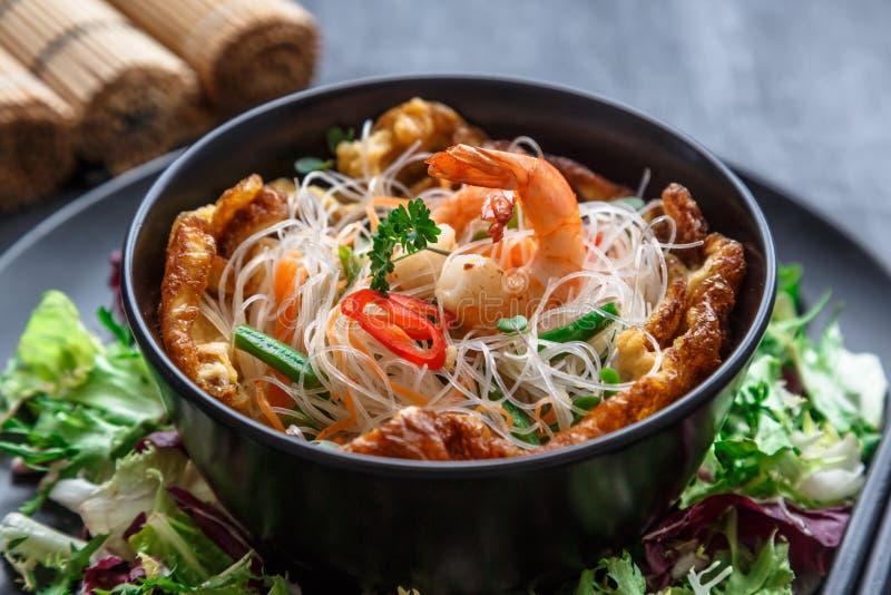 Nahe Ansicht des Nudelsalats mit Garnelen, Gemüse und Omelett, thailändische Küche lizenzfreie stockbilder