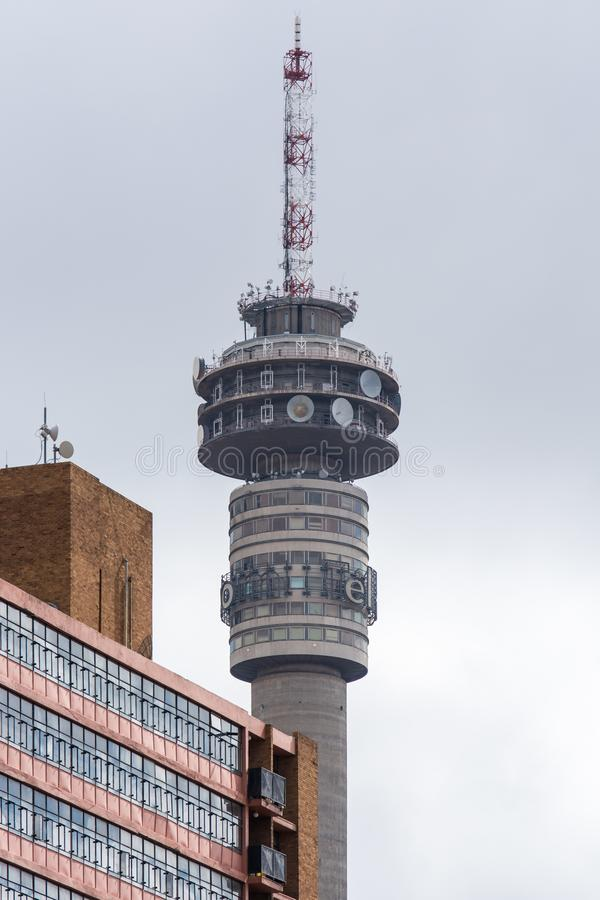 Nahe Ansicht des Telkom-Turms in Hillbrow, Johannesburg lizenzfreies stockbild