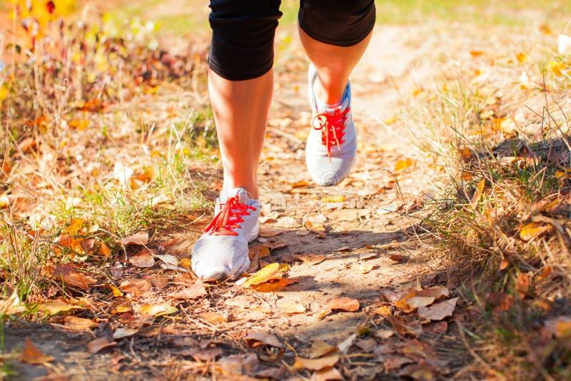 Nahe Ansicht von Beinen des laufenden Mädchens stockfotografie
