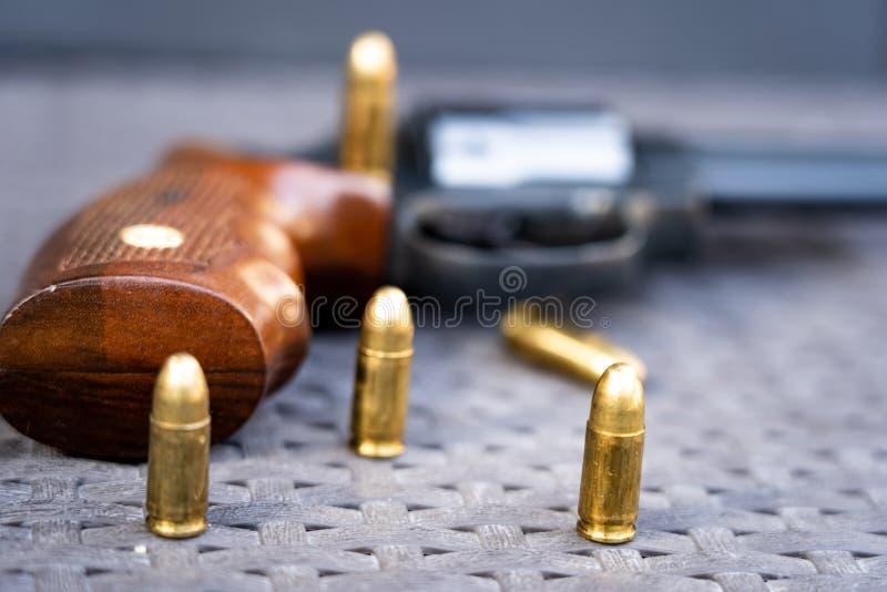 Nahe Ansicht von Kugeln und von Pistole lizenzfreie stockfotos