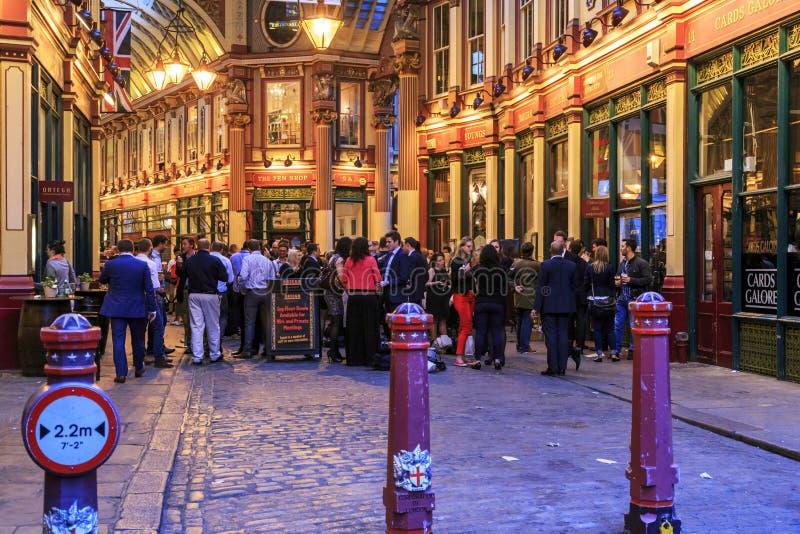 Nahe der Kneipe am Freitag Abend, London stockbilder