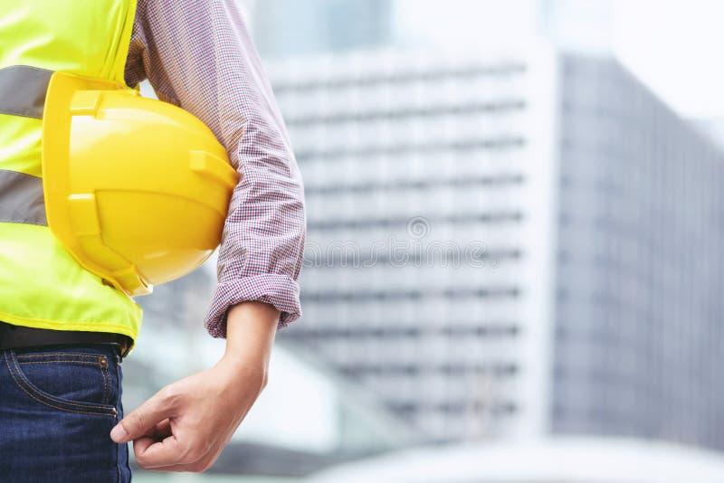 Nahe ehrliche Ansicht der Technik des männlichen Bauarbeiters, der Rollenpapier hält stockbild