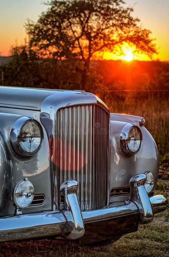 Nahe ehrliche Ansicht Verticle von Weinlese luxery Limousine mit Sonnenuntergang hinten stockbild
