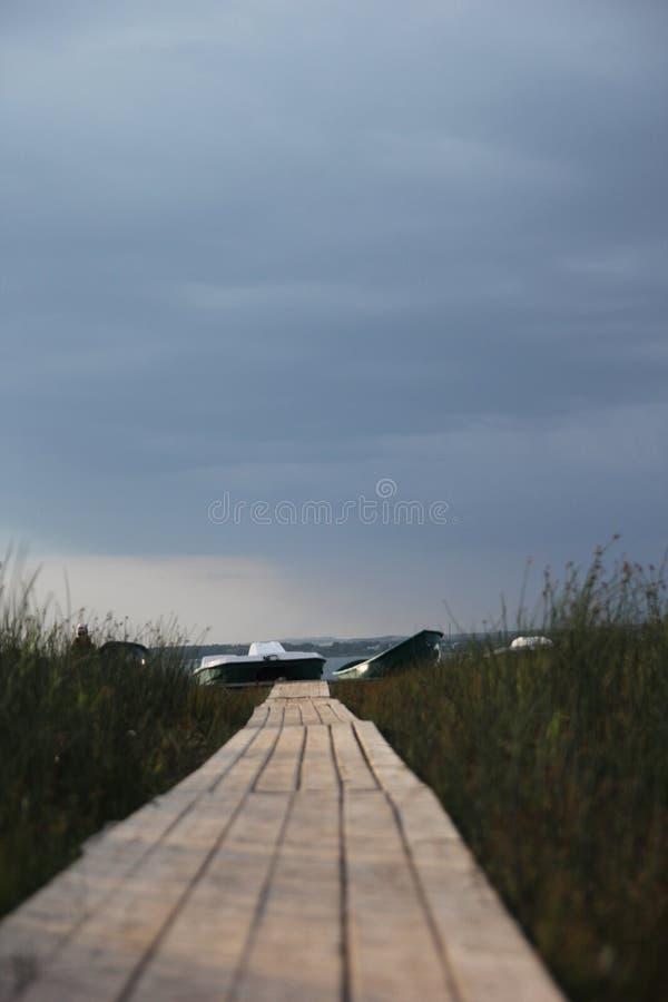 Nahe einem See vor Regen stockfotos
