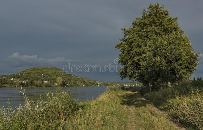 Nahe Fluss Labe vor Sturm in Nord-Böhmen lizenzfreies stockfoto