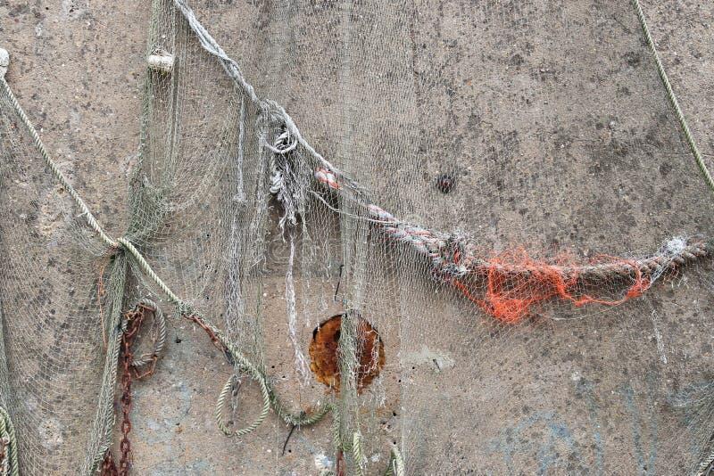 Nahe hohe Ansicht über ein Fischernetz deconration auf einer alten verwitterten Wand lizenzfreie stockfotografie