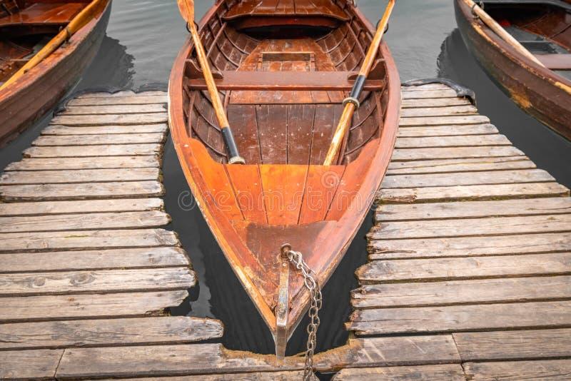 Nahe hohe Ansicht über schönes hölzernes flaches Ruderboot auf dem gebluteten See, Slowenien, gehen Konzept grünes stockbild