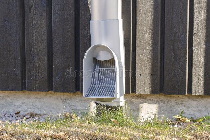 Nahe hohe Ansicht des modernen Abflussrohrs mit Gitter Modernes Technologiekonzept lizenzfreies stockfoto