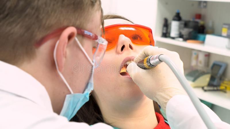 Nahe hohe Ansicht des Zahnarztes in den Latexhandschuhen Frau mit ge?ffnetem Mund, Zahnpflegekonzept ?berpr?fend media Zur?ck von lizenzfreie stockfotos