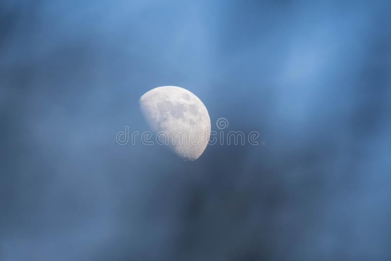 Nahe hohe Ansicht eines halbhellen Mondes stockfoto