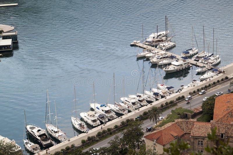 nahe hohe Ansicht von Booten und von Yachten am Pier in der Bucht von Koto stockfotografie