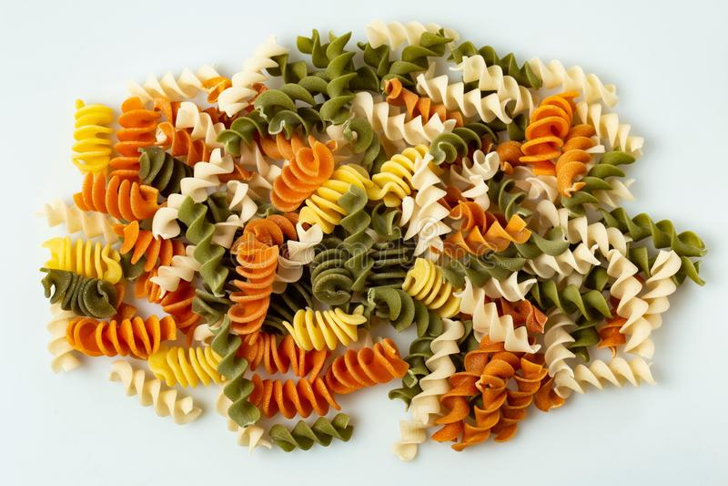 Nahe hohe Ansicht von ganzen Kornteigwaren der bunten Spirale Gesunder Nahrungsmittelhintergrund stockbild