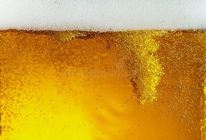 Nahe hohe Ansicht von sich hin- und herbewegenden Blasen in der Beschaffenheit des hellen Bieres lizenzfreies stockfoto