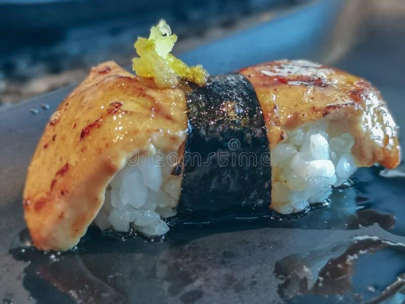 Nahe hohe Fettleber-Sushi Eine populäre japanische Nahrung gemacht von den grundlegenden Bestandteilen mit der Reismeerespflanze lizenzfreie stockfotografie