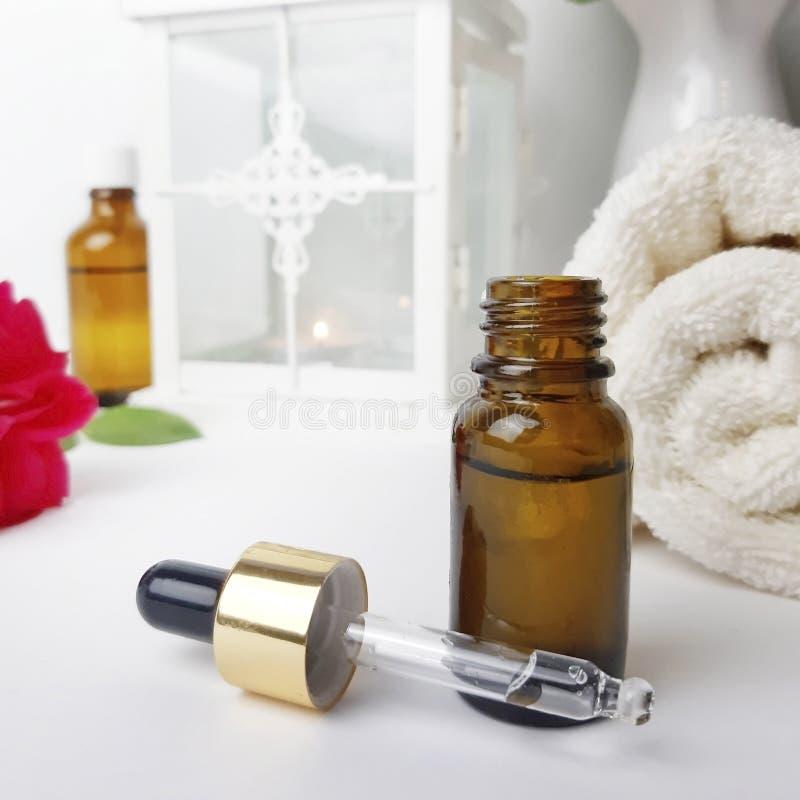 Nahe hohe Flasche ätherisches Öl für kosmetische, abwechselnde Medizin und Parfümerie stockfotografie