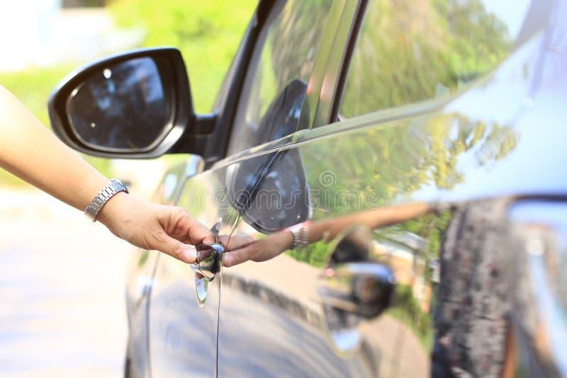 Nahe hohe Frauenhand, die das Auto öffnet lizenzfreies stockbild