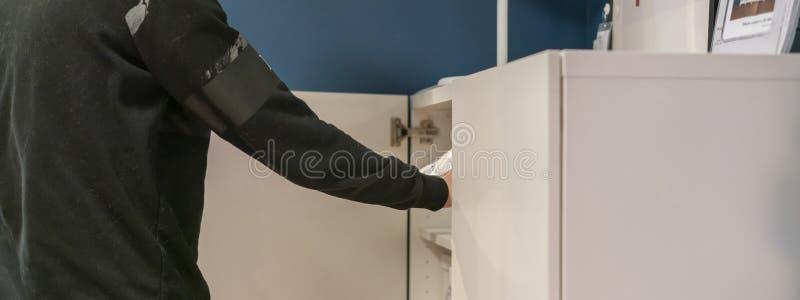 Nahe hohe Hand öffnet das Schlafzimmer des Regals zu Hause, das nach Sachen f sucht lizenzfreies stockfoto