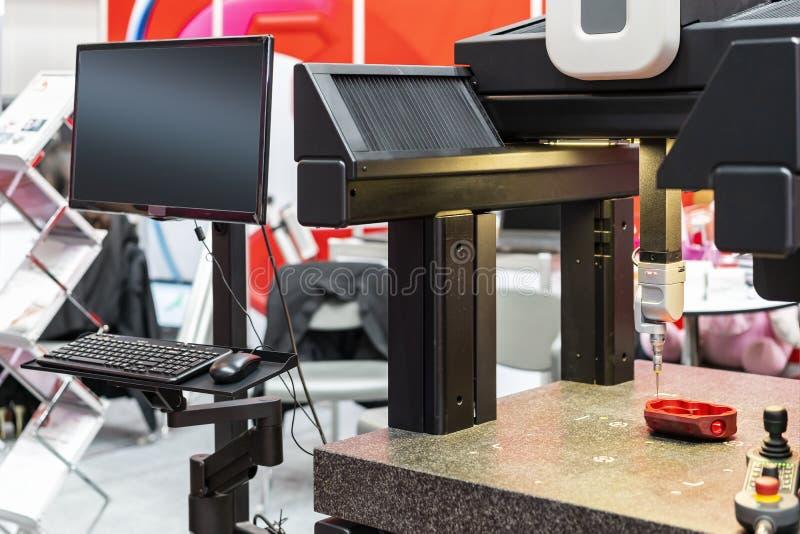 Nahe hohe Hauptsonde automatischer beigeordneter Maßmaschine CMM der modernen und hohen Genauigkeit mit Monitoranzeige während stockfotografie