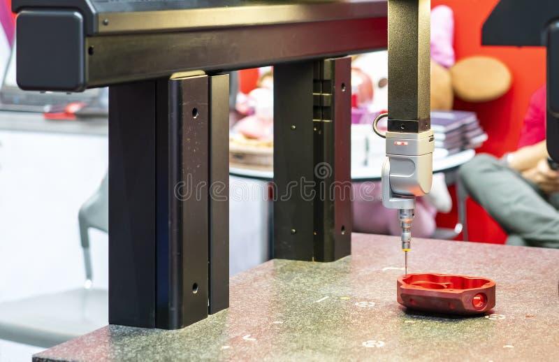 Nahe hohe Hauptsonde automatischer beigeordneter Maßmaschine CMM der modernen und hohen Genauigkeit während der Maßinspektion lizenzfreies stockbild