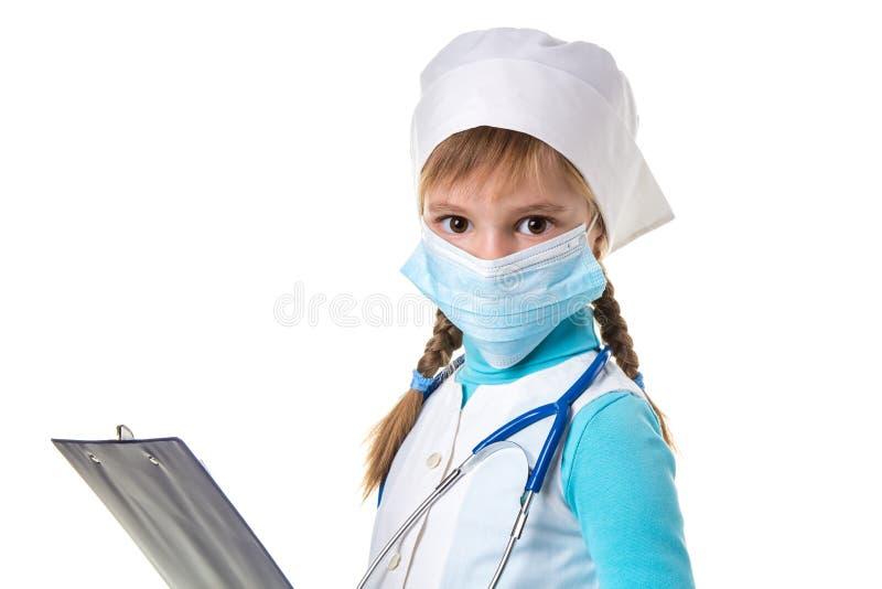 Nahe hohe Landschaft der weiblichen Krankenschwester mit Stethoskop, Maske und Notizbuch gegen den weißen Hintergrund, gerade bet stockbild