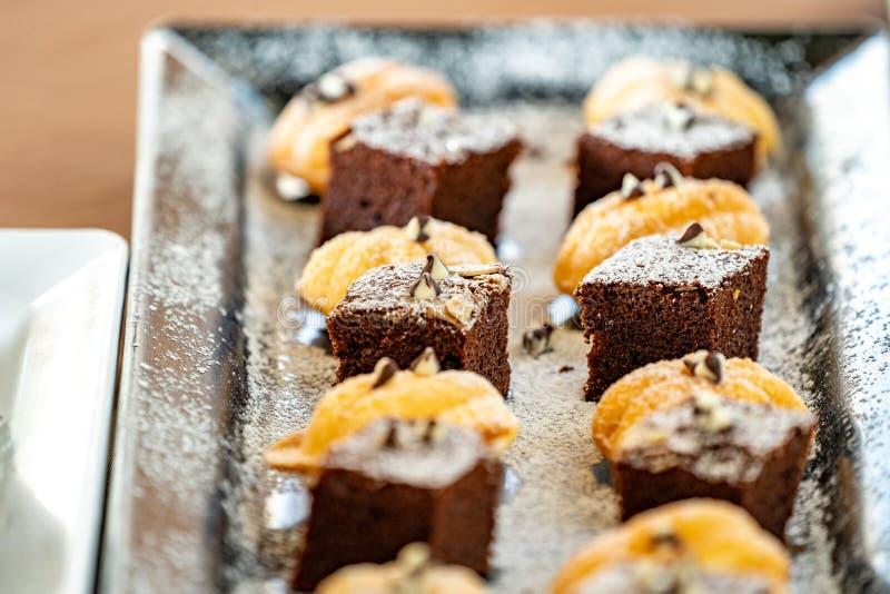 Nahe hohe Schokoladenkuchen backen mit den anderen thailändische Nachtische neben es zusammen lizenzfreie stockfotografie