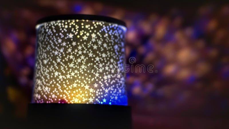 Nahe hohe Sternlampe in der Dunkelheit lizenzfreie stockfotos