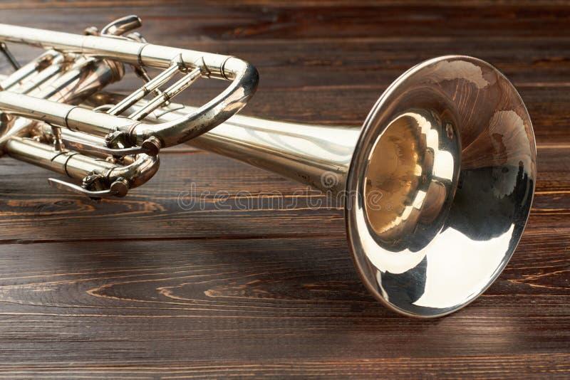 Nahe hohe Trompete auf hölzernem Hintergrund lizenzfreies stockbild