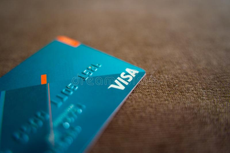 Nahe hohe Visa-Karte auf dem grauen Stuhl lizenzfreie stockbilder