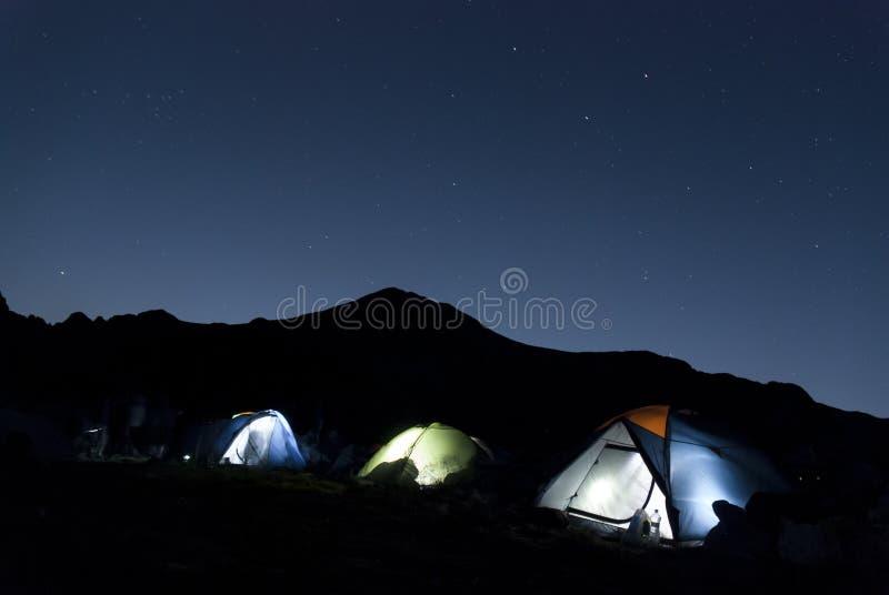 Nahe mountan Landschaft mit Zelten unter den Sternen stockfotografie