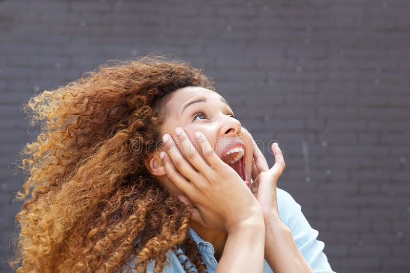 Nahe oben junge Frau mit überraschtem Gesichtsausdruck und oben -schauen stockfotos