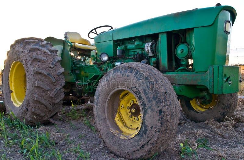 Naher grüner Traktor lizenzfreie stockfotos