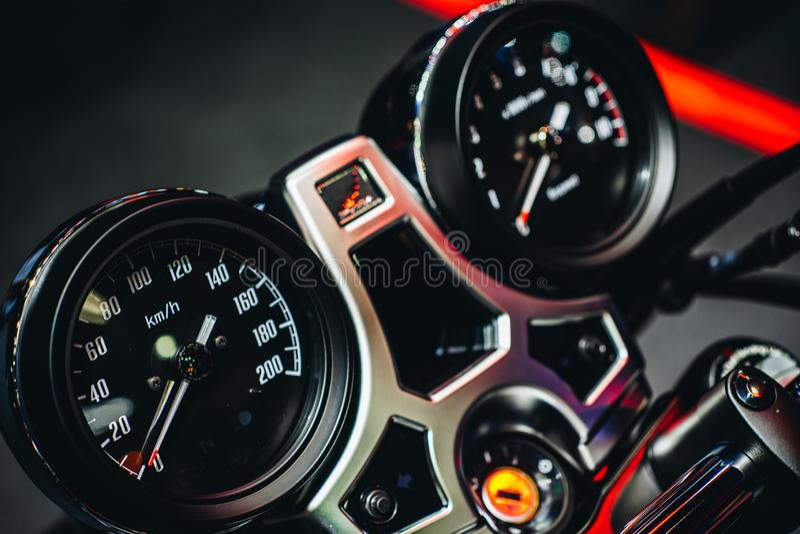 Naher hoher Detailschuß der Armaturenbrettanzeige des Geschwindigkeitsmessers u. des analogen Messgeräts von modernem Sportmotorr lizenzfreie stockfotos