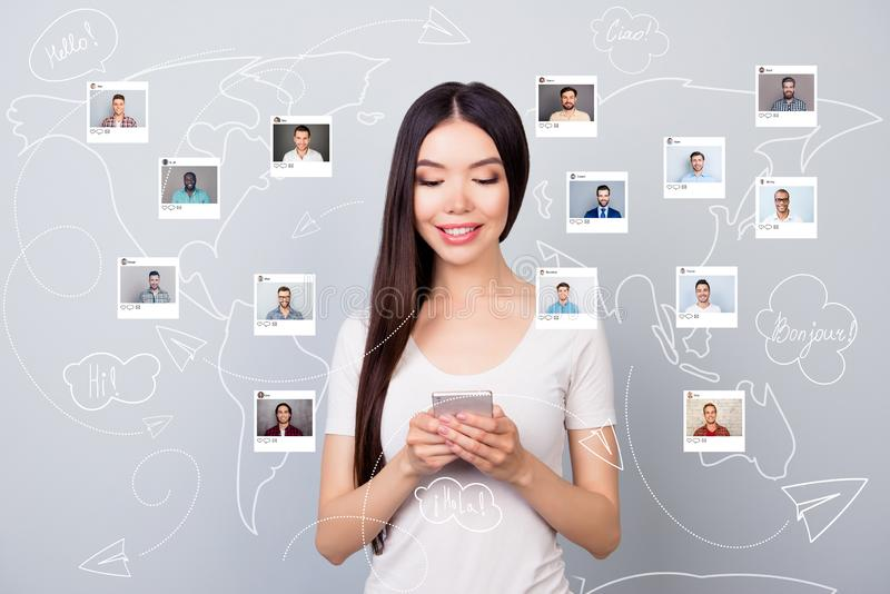 Naher hoher Fotoleser wählt sie ihre, Dame Kommentarbenutzer-E-Mail-Telefon App-Anteil repost wie Herz anzuklicken Wahl lizenzfreie abbildung