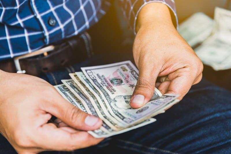 Naher hoher Geschäftsmann, der die Geldverbreitung des Bargeldes zählt stockfotos