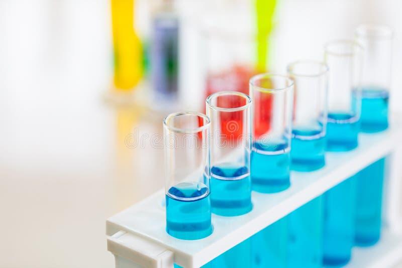 Naher hoher Schuss der blauen Flüssigkeit in den Reagenzgläsern lizenzfreie stockbilder