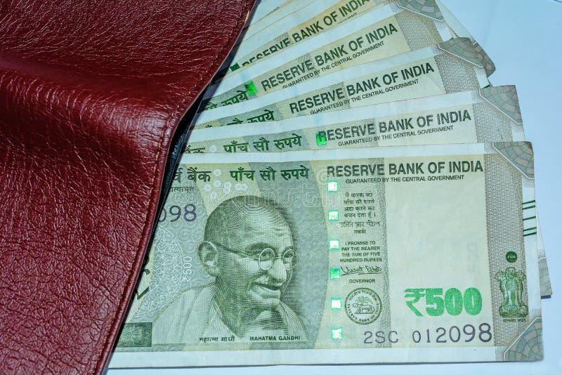 Naher hoher Schuss der Geldbörse und 500 Rupien indischer Anmerkungen Hohe Winkelsicht lizenzfreies stockbild