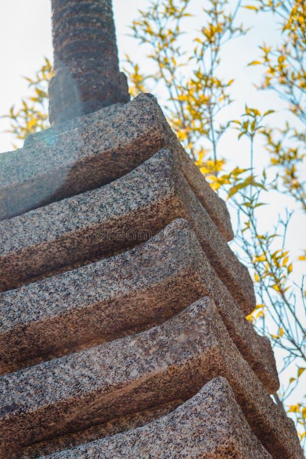 Naher hoher Schuss der Pagodenstatue in den japanischen Gärten stockfotografie